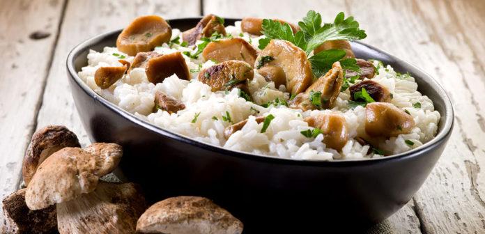 Рис с шампиньонами на сковороде