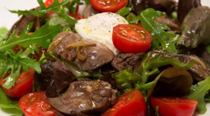 Теплый салат из куриной печени и яйца пашот